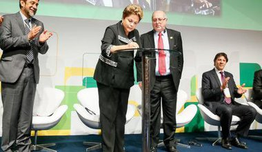 President Dilma Rousseff signs the Marco Civil