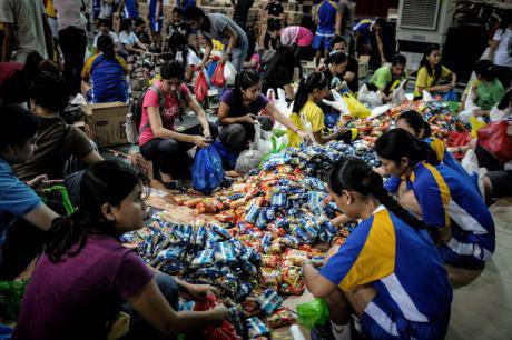 Volunteers repack relief goods for typhoon victims. Demotix/Ezra Acayan. All rights reserved.