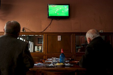 Argentines watch a football game in Buenos Aires. Demotix/FitoKeller. All rights reserved.