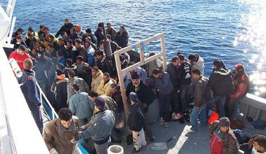 640px-Boat_People_at_Sicily_in_the_Mediterranean_Sea.jpg