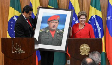640px-Dilma_Rousseff_receiving_a_Hugo_Chávez_picture_from_Nicolás_Maduro.jpg