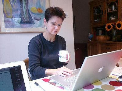 800px-Diane_Coyle_at_work_with_Apple_laptop-9Oct2009.jpg