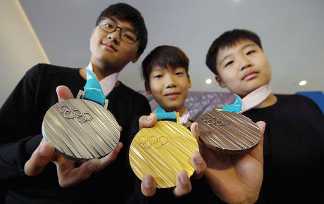 800px-Samples_of_the_Olympic_medals_XXIII_of_the_Olympic_winter_Games_2018_in_Pyeongchang.jpg