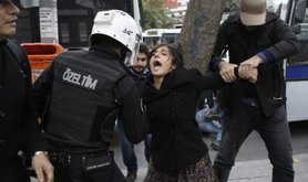 Istanbul police suspend students protesting against YOK, November 2015.