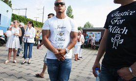 A man wearing a t-shirt commemorating Mitch Henriquez. Demotix/Jaap Arriens. All rights reserved.