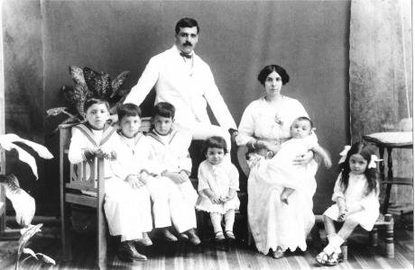 Aristides_and_Angelina_de_Sousa_Mendes_with_their_first_six_children_1917.jpg