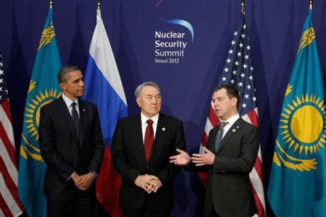 President Nazarbayev stands next to Dmitri Medvedev and Barack Obama at Seoul Nuclear Security Summit