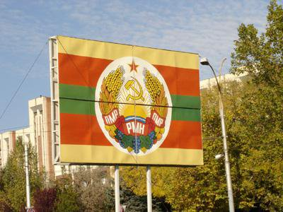 Flag of Transnistria Republic giving prominent place to the communist symbol of the hammer and sickle. cc Dl.goe