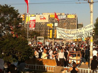 The Ataturk Cultural Centre on Taksim Square occupied by leftwing groups. The main banner in the middle says 'Don't give in'.