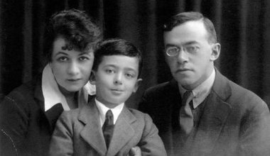 Ze'ev Jabotinsky with his wife and son