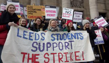 Leeds_University_students_supporting_the_2018_USS_Pension_Strikes.jpg
