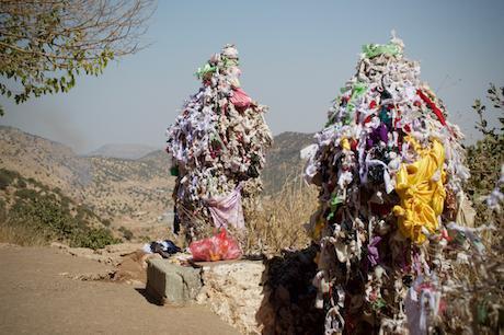 Prayer_cloths_on_Mount_Arafat_in_the_Yezidi_holy_site_of_Lalish,_Kurdistan_Region_1.jpeg