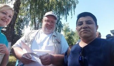 Mikhail Shlyapnikov with supporters in the town of Kolionovo.