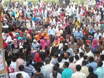 Hundreds of students in a forum set-up