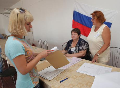 A women casts an early ballot in the Crimean town of Sudak.