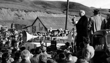 aneurin-bevan-addresses-a-crowd-just-outside-tredegar-in-1960-12732210_0.jpg