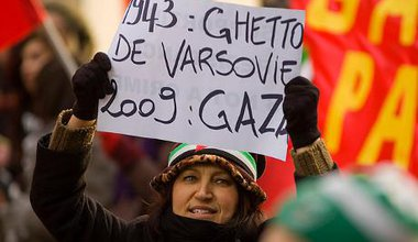 Protester drawing parallel between Warsaw Ghetto and Gaza occupation
