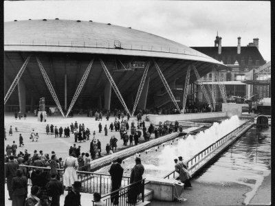 visitors-to-the-festival-of-britain-outside-the-dome-of-discovery.jpg